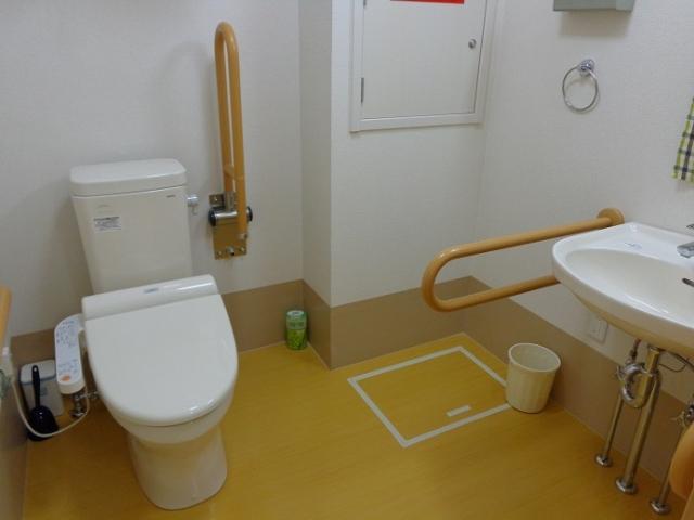 車椅子対応共用トイレ