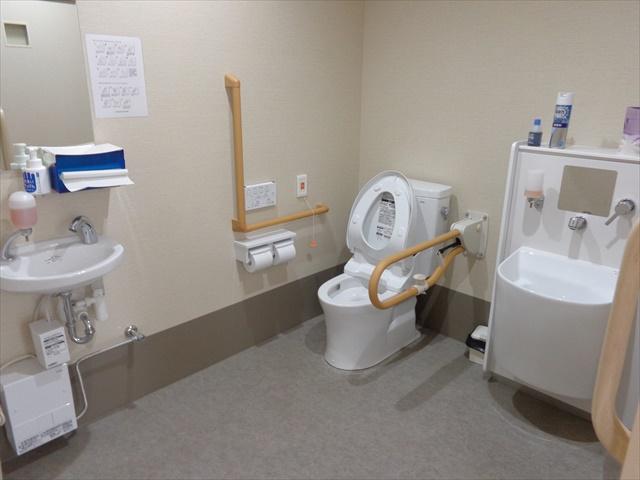 車椅子対応多目的共用トイレ、